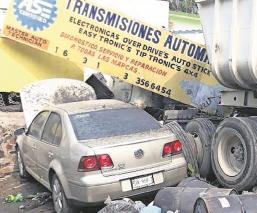 Tráiler se estampa contra taller mecánico en Morelos, hay dos muertos