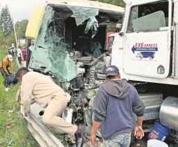 Choque entre tractocamión y autobús de pasajeros deja al menos 16 heridos en el Edomex