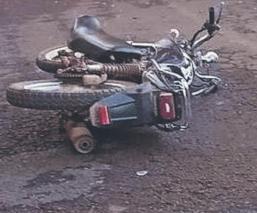 Frentazo contra un taxi manda a motociclista al hospital, en una carretera del Edomex