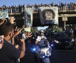 Restos de Diego Maradona llegan al cementerio para su último adiós