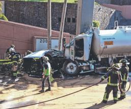 Choca camión cisterna de Pemex y derrame de combustible saca susto a vecinos, en CDMX