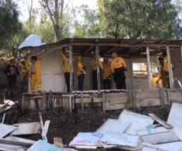 Derriban 90 casas de madera y desalojan a familias en la CDMX, por invadir zona de reserva
