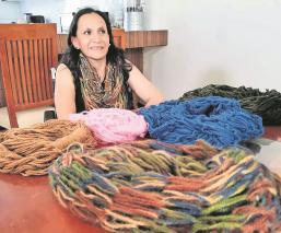 Tras accidente Érika Ocampo teje bufandas para vivir en Edomex, conoce su historia