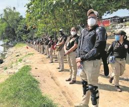 Autoridades de migración de Guatemala y México cierran el paso a caravana de migrantes