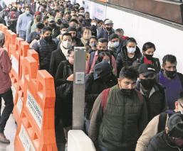 Entre caos y aglomeraciones viajan los usuarios del Metro en la estación Tacubaya, en CDMX