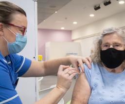 Reino Unido impone barreras ante el riesgo a cepas que afecten a las vacunas contra Covid