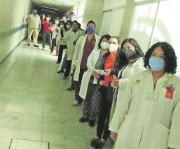 Médicos del Edomex denuncian encierro para no quejarse durante la visita del gobernador