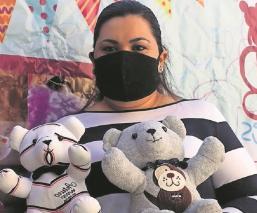 Mujer crea osos y conejos con ropa de los que ya se adelantaron en Morelos