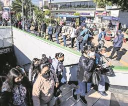 Usuarios de la estación Centro Médico toman medidas sanitarias contra Covid, en CDMX