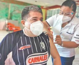 Maestros de nivel básico reciben la vacuna contra el Covid-19, en Campeche