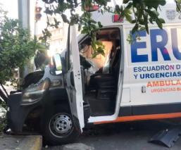 Camioneta le cierra el paso a una ambulancia y provoca aparatoso choque, en Iztacalco