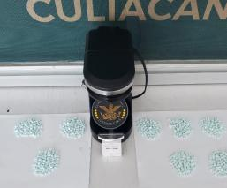 Perro policía halla más de mil pastillas de droga dentro de una cafetera, en Sinaloa