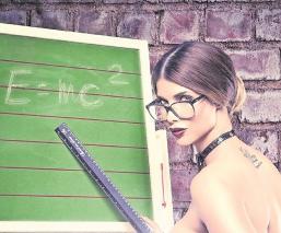 Modelo erótica dedica un topless a todos los profesores ante su regreso a las aulas