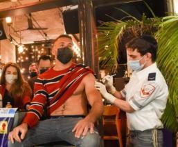 """Bar regala """"chupe"""" a chavos que quieran vacunarse contra Covid-19, en Jerusalén"""