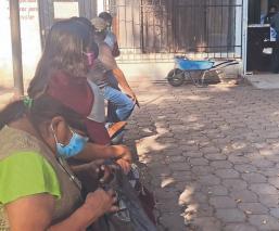 Dejan vestidos y alborotados a abuelitos tras suspender vacunación vs Covid, en Morelos