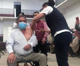 Investigan a 5 funcionarios que se saltaron la fila de vacunación contra Covid, en Edomex