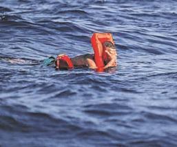 Tras 14 horas flotando, náufrago sobrevive sobre un trozo de basura en Sidney