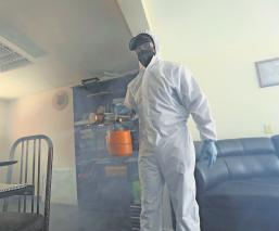 Tras desempleo por pandemia, abogado se gana la vida sanitizando casas en Edomex