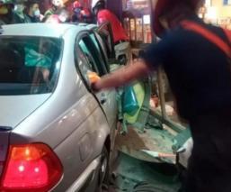 Automovilista pierde el control y deja heridos a dos jóvenes tras embestirlos, en CDMX