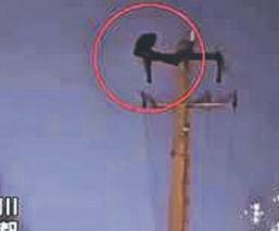 Atoran al hombre que causó apagón por subirse a un poste para hacer abdominales, en China