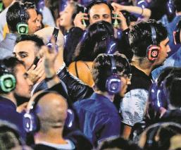 Millones de personas están en riesgo de perder la audición por usar audífonos
