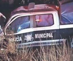 Policías borrachos chocan contra poste de luz y destruyen su patrulla, en Edomex