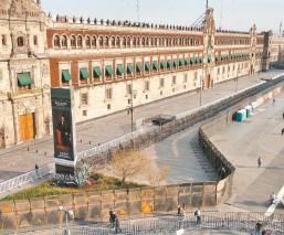 Por primera vez, autoridades 'blindan' con vallas metálicas Palacio Nacional de la CDMX