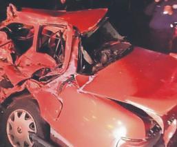 Mueren dos personas tras chocar contra una camioneta, en el Edomex