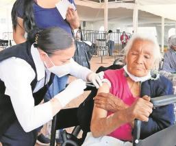 Tras larga espera, mujer de 92 años recibe su primera vacuna antiCovid en Edomex