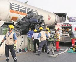 Pipa de gas embiste cinco vehículos y una moto al bajar de un distribuidor vial en Morelos