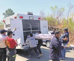 Automovilista va a exceso de velocidad, se sale de la carretera y cae al precipicio en Morelos