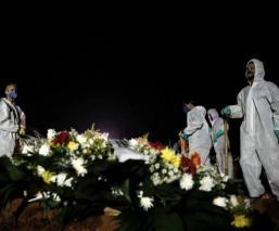 Entierran de noche y de rapidito en Brasil, por azotadora y mortal ola de Covid-19