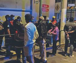 """Venden en 500 pesos los lugares para la fila de la vacuna antiCovid en """"La Bombonera"""", Toluca"""