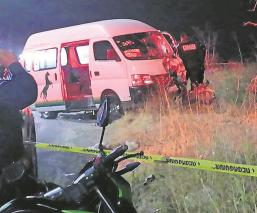 Combi impacta a dos hombres a bordo de una motocicleta y mueren, en Edomex