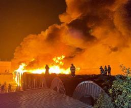 Incendio consume fábrica en Edomex y provoca terror y desalojo de vecinos