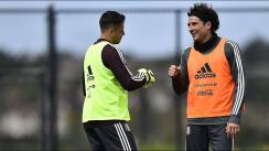 'Chicharito' se prende por ser comparado con 'Memo' Ochoa