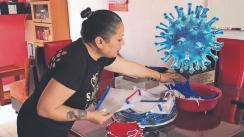 Contra el Covid-19: Karla confecciona a mano caretas y cubrebocas para donar a hospitales