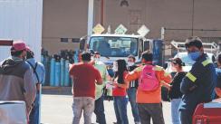 Morelenses hacen largas filas y esperan hasta 3 horas para llenar tanques de oxígeno