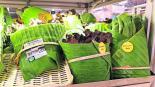 Súper envuelve productos en hojas de plátano