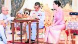 Rey tailandés Boda con guardaespaldas