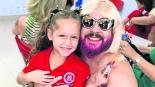 Papá se viste de mamá para festival de su hija por el Día de la Madre