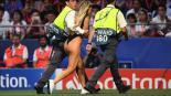 Modelo semidesnuda prende la Final de la Champions League