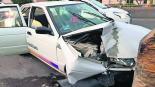 Taxi cae a bache y se impacta contra la base de un puente en Cuernavaca