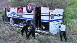 camión pasajeros vuelca chofer 16 años joven accidente carretera Acapulco-Zihuatanejo