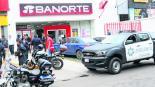 Pistoleros asaltan banco frente a retén policíaco en Toluca