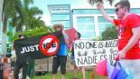 protesta donald trump migrantes eliminar visa residencia permanente carga pública estados unidos