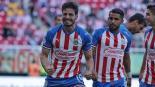 Briseño festeja un gol con las Chivas