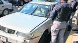 Ladrón trata de robar auto en Edomex, pero empleado se cuelga de una puerta y lo detienen