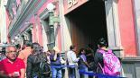 Pareja de ladrones asalta a cuentahabiente al interior de un banco en Edomex