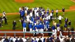 VIDEO: Beisbolistas arruinan cámara en festejo